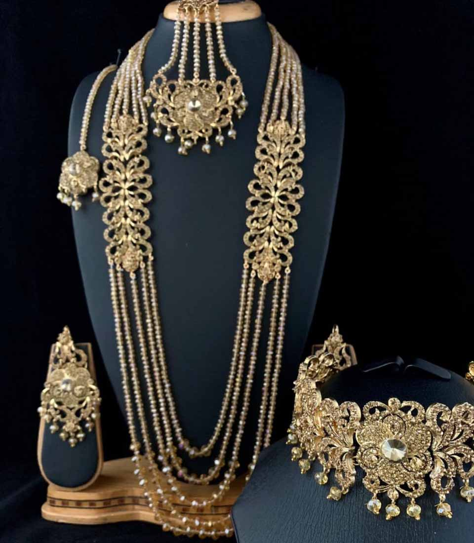 Necklace with double-stranded thickness